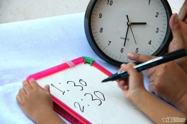 Двигайте стрелки часов и объясняйте их движение малышу