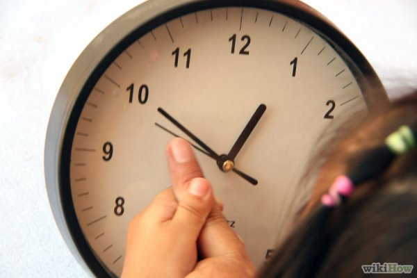 Сначала объясняем часовую стрелку, затем минутную