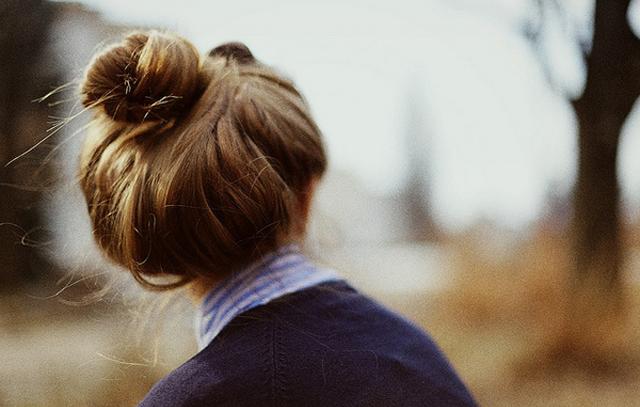 Как сделать красивый пучок на голове?