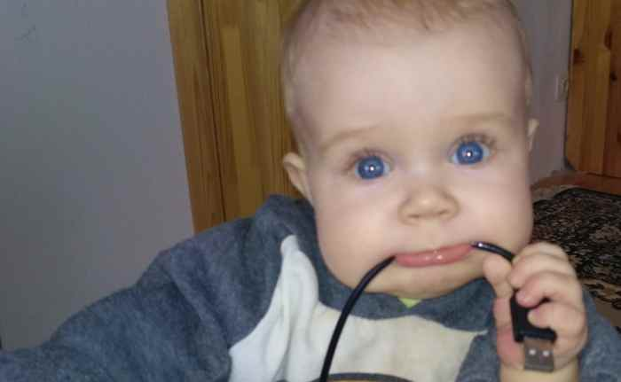 Как отучить ребенка тянуть все в рот?