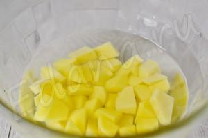 Моем, чистим и режем картофель