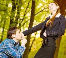 Мужчина начинает ухаживать за своей избранницей